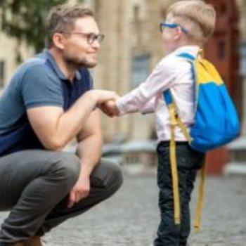 طفل ذاهب للمدرسة