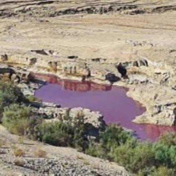 المياة الحمراء قرب البحر الميت