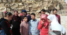 طلاب مكفوفون يزورون الأهرامات