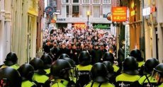 مشجعي إنجلترا أمام الشرطة الهولندية