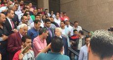 مرتضي منصور وسط أنصاره أمام محكمة القضاء الإداري