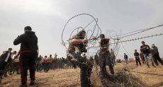 الفلسطينيون يعبربون السياج الفاصل بين غزة واسرائيل