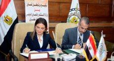 وزيرة الاستثمار خلال التوقيع