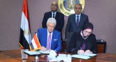 وزير الصناعة خلال التوقيع