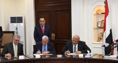 وزير الإسكان خلال التوقيع