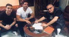 أحمد السبكى وحسن الرداد خلال توقيع العقد