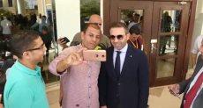 اعضاء باتحاد الكرة يلتقطون صور سيلفى مع حازم إمام