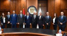 صورة لممثلي البنوك مع ممثلي وزارة البترول خلال توقيع العقود