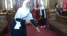 فتيات بالحجاب يشاركن فى تجميل كنيسة بالمنيا