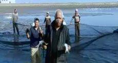 حمدى رزق يرافق العاملين ببركة غليون موسم حصاد الأسماك