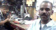 محمود أبو هدير صاحب ورشة لتصليح الأجهزة الإلكترونية للسيارات