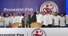 رئيس بريزنتيشن يلتقط الصور التذكارية مع لاعبى المنتخب لكرة اليد