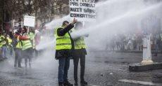 الأمن الفرنسي يستخدم المياه الساخنة لفض التظاهرات