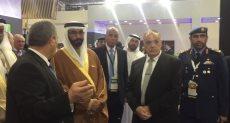 وزير الدفاع الإماراتى اثناء تفقده جناح الهيئة العربية للتصنيع