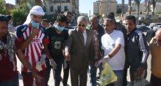 محافظ اسوان مع مجموعة من الشباب