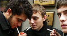طلاب يدخنون