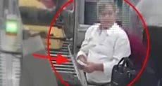 لص يسرق مسافر أمام الكاميرات