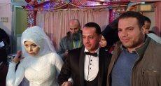 عروسان يجريان الكشف الطبى ضمن مبادرة 100 مليون صحة
