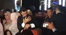 تريزيجيه يقبل رأس وقدم والدته فى حفل زفافه