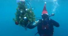 غطاسون يرقصون احتفالاً بالكريسماس فى قاع البحر