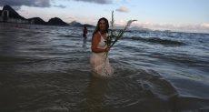 إحدى جميلات البرازيل على الشواطئ احتفالا بالعام الجديد