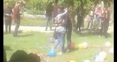 طالب يحضن زميلته داخل الحرم الجامعى