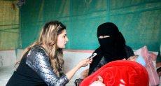 إحدى النازحات مع المراسلة فى اليمن
