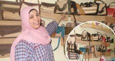 """فاطمة تصنع المشغولات اليدوية من """"عرجون النخيل"""" لتعليم أبنائها"""