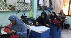 الفتيات يجهزن منتجات مشغولات يدوية سيناوية