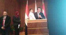وزير التعليم العالى يحمل طفلا مريضا