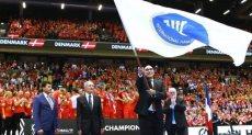 الدكتور أشرف صبحى  يتسلم شارة كأس العالم لكرة اليد 2021