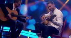 راموس يعلن عن موهبته ويعزف الجيتار