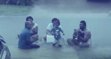الطفلة ترقص تحت مياه الأمطار