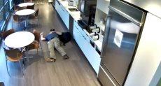 رجل يسقط على الأرض فى مطعم للمطالبة بالحصول على تعويض مالى