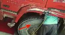 ماذا حدث لرجل أثناء فحصه شاحنته