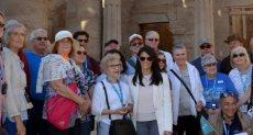 وزير السياحة مع زائرى معبد الأقصر
