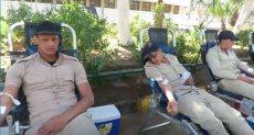 جانب من تبرع رجال الشرطة بالدم