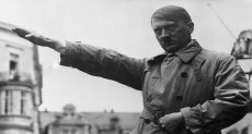 هتلر يؤدي التحية النازية