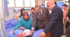 اللواء جمال نور الدين محافظ أسيوط يزو الطفلة نوران