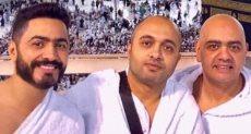الفنان تامر حسنى برفقة شقيقه خلال أداء مراسم العمرة
