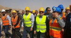 وزير البترول مع العاملين بمجمع فوسفات أبو طرطور