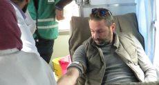 حازم إمام وأحمد حسن والسقا يتبرعون بالدم لمصابي محطة مصر