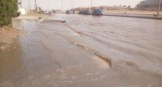 انفجار ماسورة مياه رئيسية بالعاشر تغرق المنازل