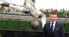 بيكهام بجوار تمثاله