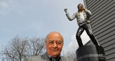 محمد الفايد مع تمثال مايكل جاكسون