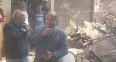 اللواء أشرف بهجت، رئيس حى الزيتون يتابع عمليات إزالة العقار المنهار