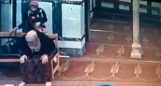 فتاة تسرق سيدة تصلى فى المسجد