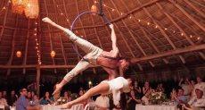 زوجان يقومان برقصة جوية رائعة فى حفل الزفاف