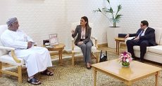 وزيرة الاستثمار خلال مباحثاتها مع الجانب العماني