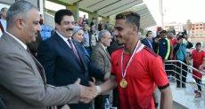 محافظ القليوبية يسلم كأس البطولة